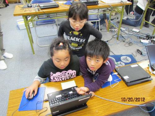 学校が終わり、小学生が集まって来ました。パソコンはすでにお手のもの。仮設の集会所は児童館の役割も果たしています。
