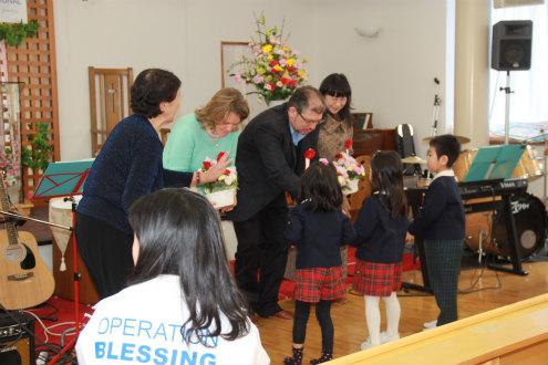 休日でしたが、在園児や卒園生がたくさん集まって、歌や合奏で歓迎してくれました。