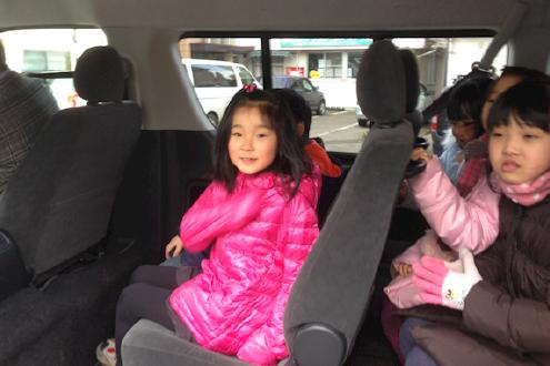 楽しそうに新しいバスに乗り込む子ども達。これから試運転に出発です。
