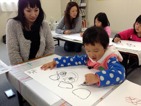 楽しく絵を描く子供たち