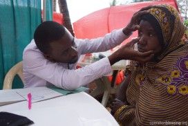 臨時診療所の医師の診察を受けるザンジバルの住民