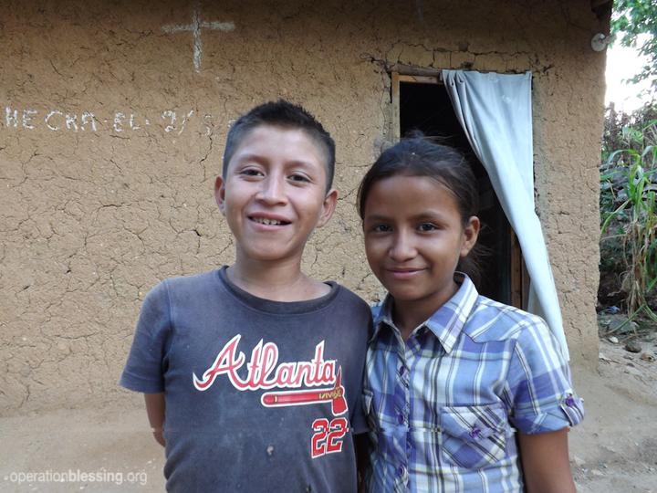 オペレーション・ブレッシングは、グアテマラの貧しい一家が生活を再建できるように支援を行いました。