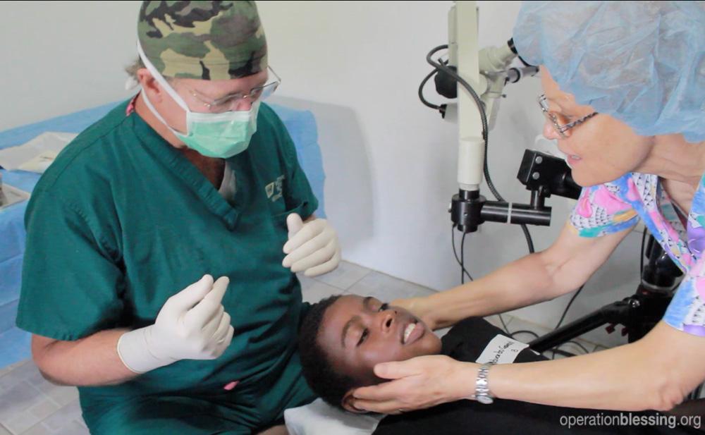 「光プロジェクト」の無料眼科手術を受けるグアテマラのエドゥアルド少年