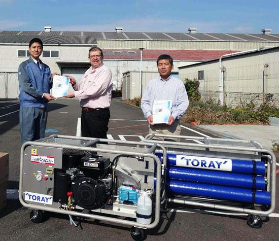 2013年12月4日(水)、水道機工㈱(東レ子会社)厚木工場にて運転説明と寄贈の贈呈が行われました。