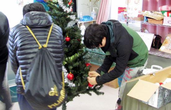 クリスマスツリーの飾りつけのお手伝い