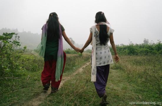 仕事を紹介すると騙されて村から連れ出され、奴隷としてインドに売られようとしていたネパール人の少女を国境で保護しました。
