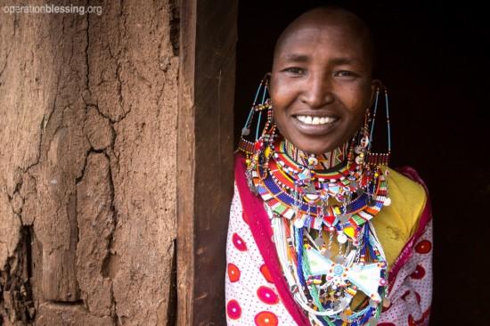 オペレーション・ブレッシングはマサイ族の女性にビーズ細工の仕事を紹介しています。
