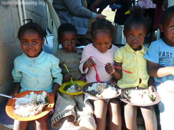 オペレーション・ブレッシングはレソトの地域給食プログラムを支援しています。