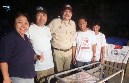 2014年1月フィリピンにてスタッフと代表理事トムソン(中央)