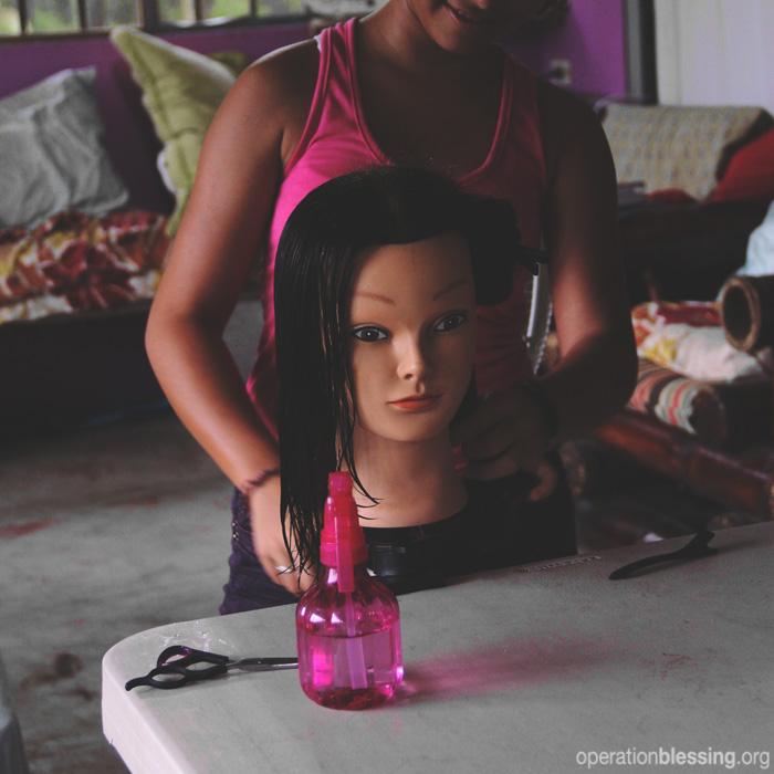 オペレーション・ブレッシングはコスタリカで、人身売買の被害者である少女たちが美容師として働けるように、職業訓練を行っています。