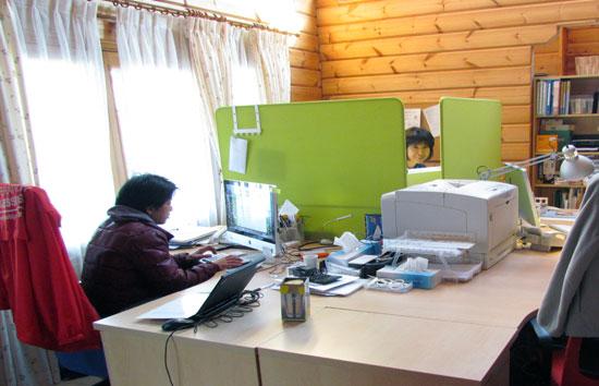 一箇所に机を並べて仕事をしています。