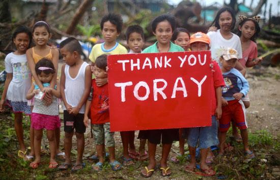 水をくみに集まった地元の子どもたちは大喜びです。