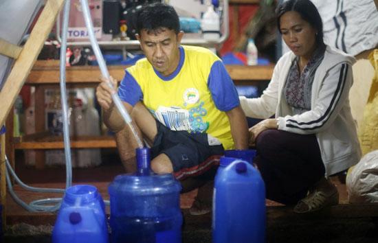 オペレーション・ブレッシング・フィリッピンのスタッフが造水機を稼働しています。