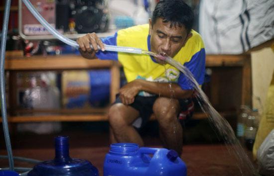 オペレーション・ブレッシング・フィリピンのスタッフが造水機をテストしている様子