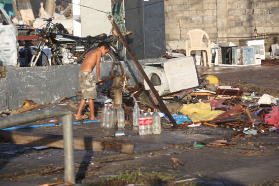 フィリピン被災地で井戸水をくむ子供