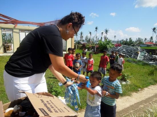 オペレーション・ブレッシングはフィリピンの台風30号被災地で子供たちの心のケアを行っています。