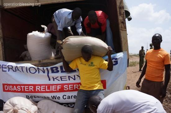 オペレーション・ブレッシングは、内戦の続く南スーダンから隣国ケニヤに逃れてきた人々の一環としてトウモロコシを配布しました。