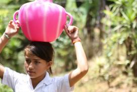 ホンジュラスの少女は、毎日、心細い思いをしながら遠くの川まで水を汲みに通っていました