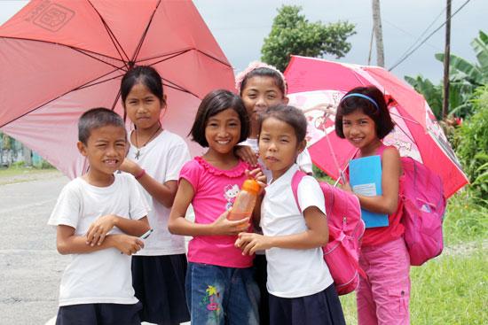 ギワン地区の小学校で自然に集まってくれた子供たち。