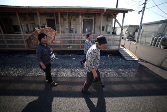 仮設住宅に住む人々