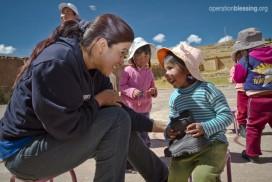 オペレーション・ブレッシングはトムスシューズ社から寄贈された暖かいブーツをペルーの子供たちにプレゼントしました。