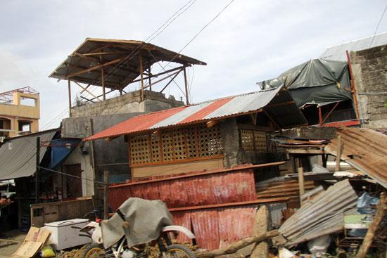 半壊した家がそのままの状態となっています。