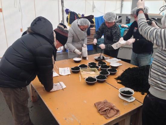宮城県気仙沼市蔵内漁港でワカメ芯抜きと、袋詰めのボランティア作業をしました。
