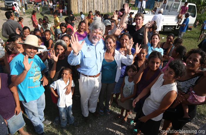 オペレーション・ブレッシングは、貧困の連鎖を断ち切るために、子供たちを健康にする取り組みに力を入れています。