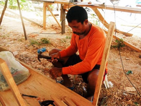台風で漁船を失った漁師のマックスさんは、オペレーション・ブレッシングの漁船建造プロジェクトに参加しています。