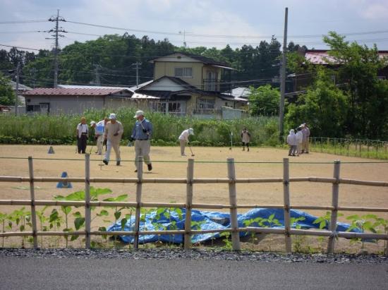仮設住宅の脇でゲートボール