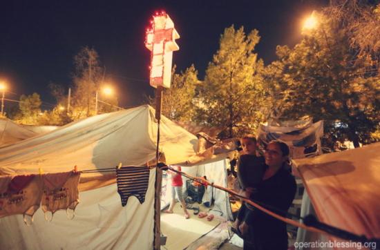 テントの上に飾られた光る十字架