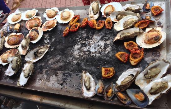 ホタテ、カキ、ホヤ、ムール貝などの鉄板焼きです