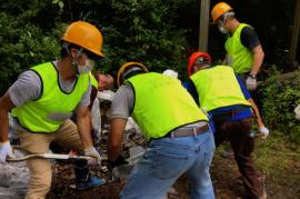 【熊本地震 復興支援】体力を消耗する雨と暑さの中