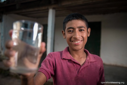 ホンジュラスの村に新しい給水設備を